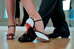 es más feliz la gente que baila